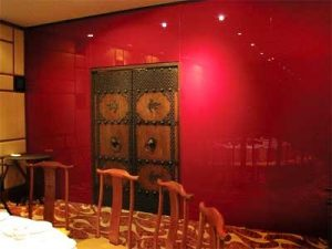 (WL-C 005) Red glass wall offer a special dining ambiance