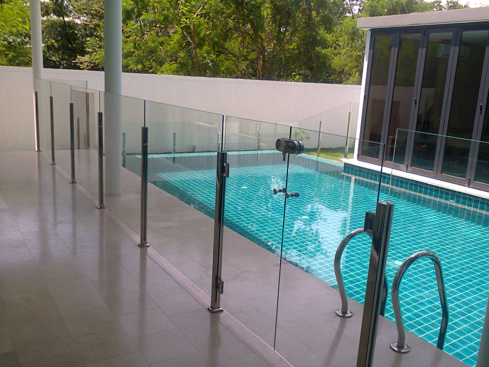 Swimming pool glass fence glass network malaysia for Glass pool fences